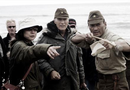 """Clint Eastwood na planie filmu """"Listy z Iwo Jimy"""" /"""