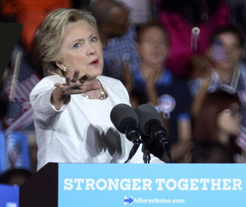 Clinton stara się minimalizować szkody /PAP/EPA