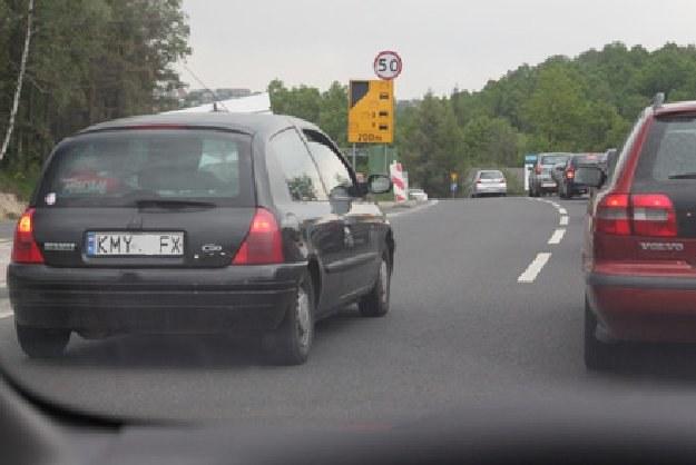 """Clio blokuje lewy pas """"zakopianki"""". Za to dostaje się mandat! /INTERIA.PL"""