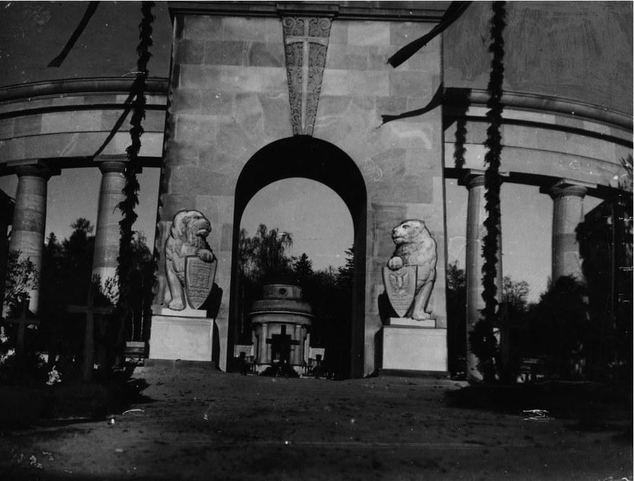 Cmentarz Obrońców Lwowa. Uroczystość odsłonięcia Pomnika Chwały. Widoczne lwy przy pomniku 1934 /Ze zbiorów Narodowego Archiwum Cyfrowego