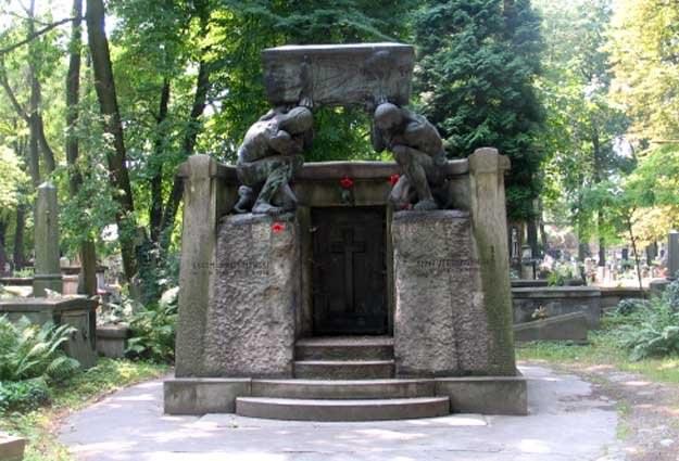 Cmentarz Rakowicki jest najbardziej znaną krakowską nekropolią /RMF
