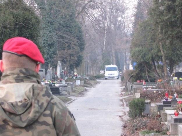 Cmentarza pilnuje żandarmeria wojskowa  /Maciej Grzyb /RMF FM