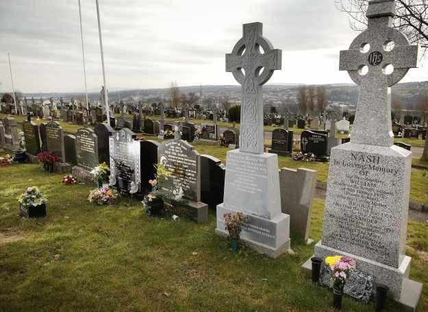 Cmentarze na których pochowani są znani ludzie często są atrakcją turystyczną /Getty Images/Flash Press Media