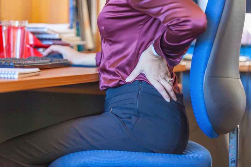 Co 5 minut powinniśmy wstawać od biurka i robić proste ćwiczenie /123RF/PICSEL