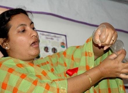 Co 8 sekund ktoś zaraża się HIV. Na zdjęciu: objazdowa edukacja seksualna w Indiach, grudzień 2006 /AFP