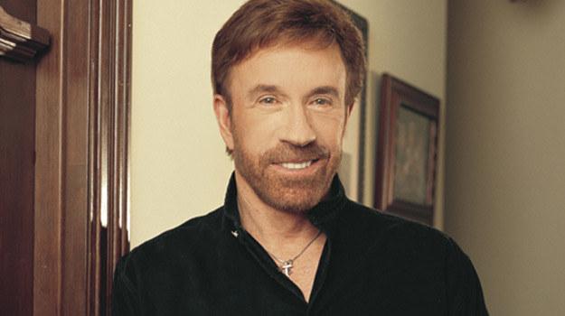 Co Chuck Norris wręcza swoim bliskim podczas świąt? Nic. Wystarczy, że pozwoli im do siebie podejść! /