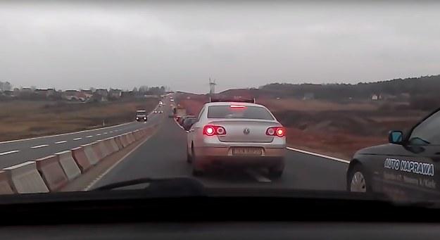 Co ciekawe, wszyscy szeryfowie na tym odcinku S7, jeżdżą Volkswagenami Passatami /