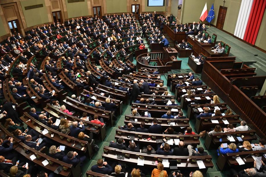 Co czwarty poseł PiS jest jednocześnie członkiem rządu / Radek Pietruszka   /PAP