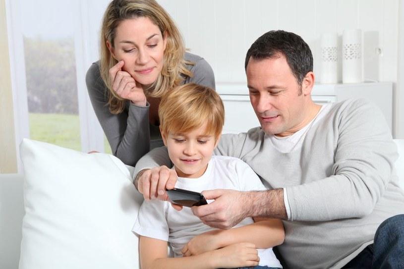 Co drugi rodzic obawia się bowiem, że jego dziecko podczas korzystania z internetu może zetknąć się z pedofilem /123RF/PICSEL