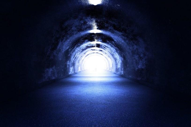 Co dzieje się ze świadomością po śmierci człowieka? Niektórzy widzą tunel ze światłem na końcu... /123RF/PICSEL