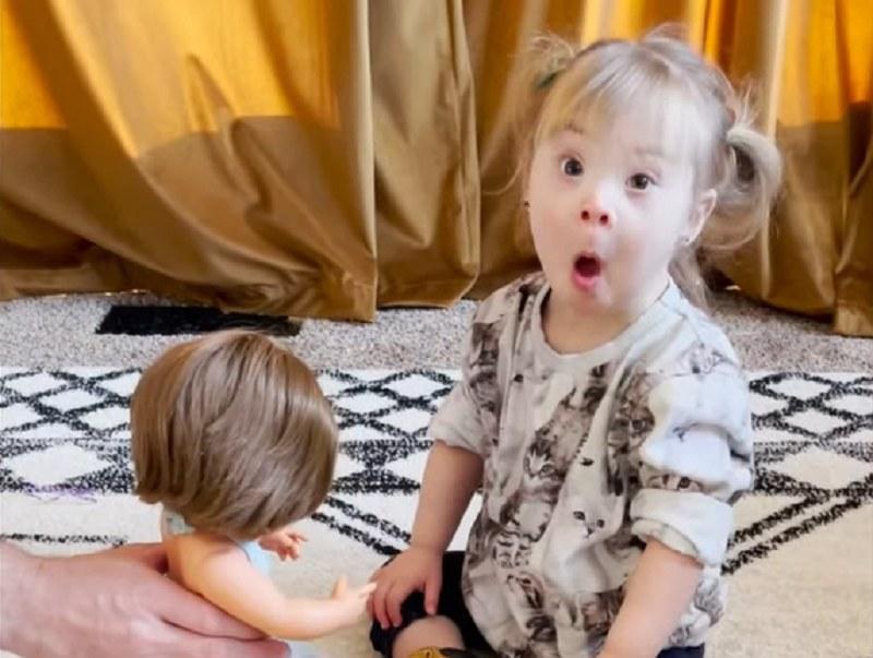 Co dziewczynka zrobiła z lalką? /YouTube
