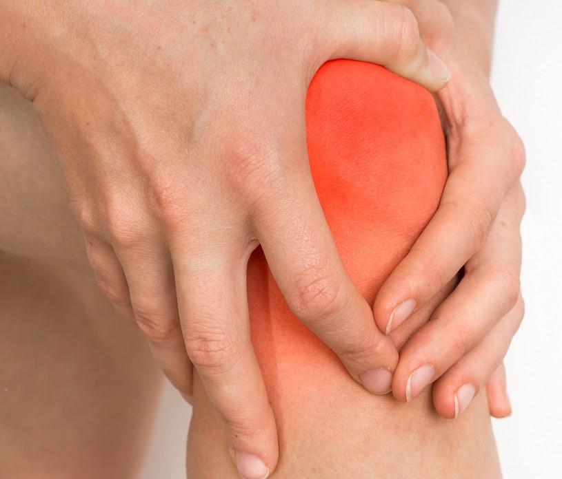Co jest przyczyną bólu kolana? /©123RF/PICSEL