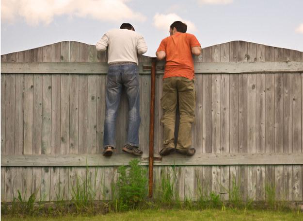 Co można zrobić ze sprawiającym problemy sąsiadem? /123RF/PICSEL