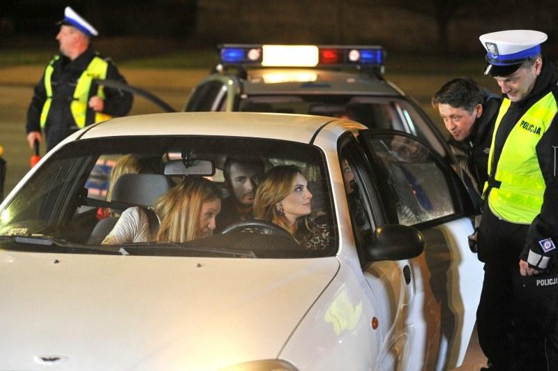 Co my tu mamy? Niewątpliwie kierowca jest pod wpływem alkoholu. Pasażerowie tak samo. I do tego żartują z policji. Muszą wytrzeźwieć pod dozorem! /Agencja W. Impact