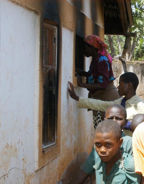 Co najmniej 11 osób posądzonych o czary zostało spalonych w tym domu w Kenii, w wiosce Nyakeo /AFP