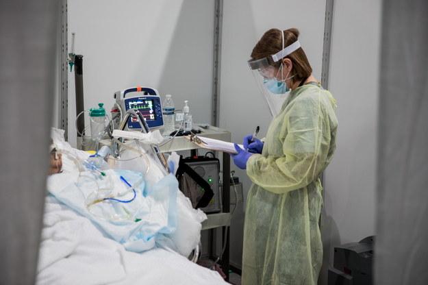 Co najmniej 20 tys. osób zakażonych koronawirusem zmarło dotąd w USA /US NAVY/CHIEF MC BARRY RILEY HANDOUT /PAP/EPA