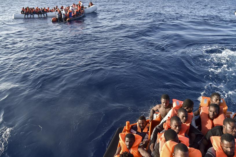 Co najmniej 23 osób zginęło po zatonięciu łodzi podczas próby przedostania się z Libii do Włoch /ANDREAS SOLARO /AFP