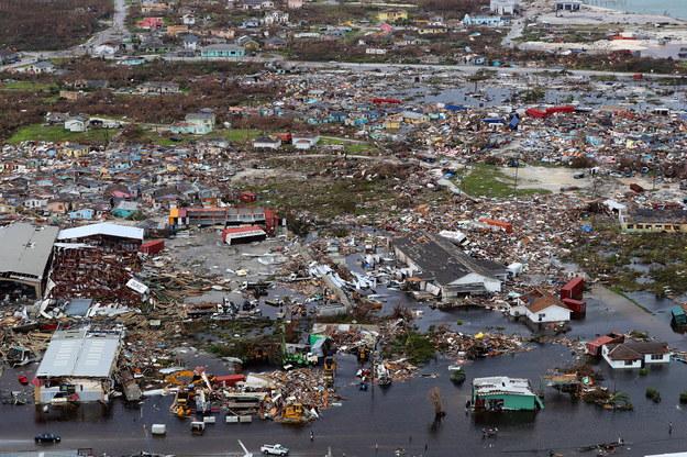 Co najmniej 30 ofiar śmiertelnych i kilkanaście tysięcy zniszczonych domów, taki jest bilans huraganu na Bahamach /BRITISH MINISTRY OF DEFENCE /PAP/EPA