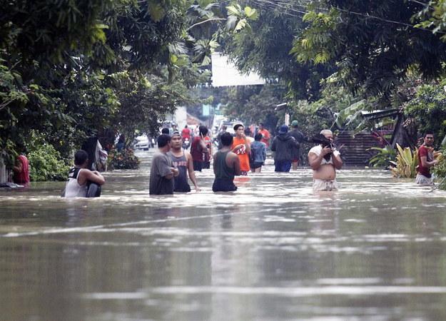 Co najmniej 85 osób zginęło, 40 osób jest rannych, 20 uznano za zaginione na skutek powodzi i osunięć ziemi /ROMEDOR GLORIANE /PAP/EPA