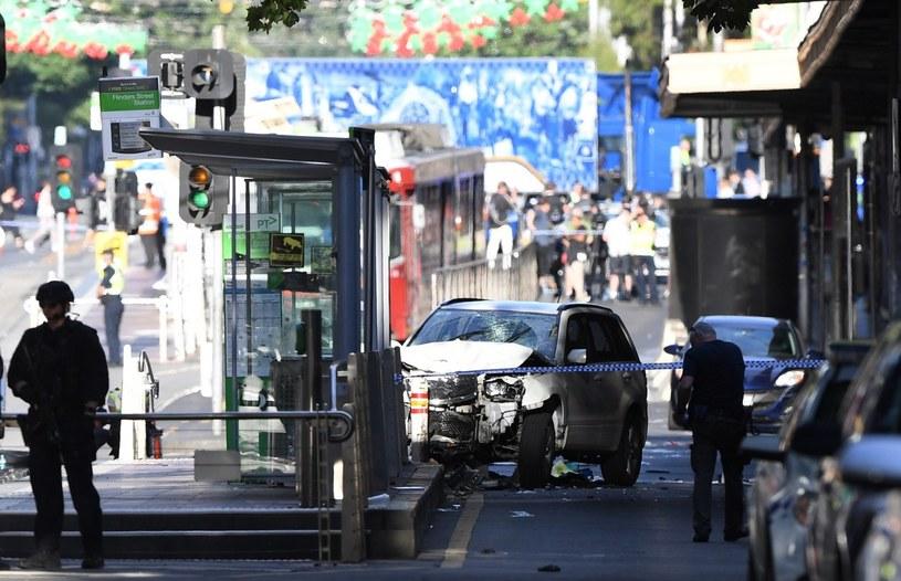 Co najmniej kilkanaście osób zostało poszkodowanych po tym, jak w centrum Melbourne samochód wjechał w tłum pieszych. Kierowca został zatrzymany – informuje australijskie ABC Radio. /JOE CASTRO /PAP/EPA