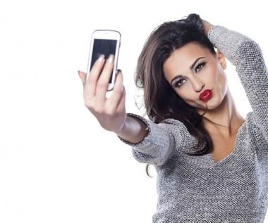 Co oznacza nagminna potrzeba robienia selfie?