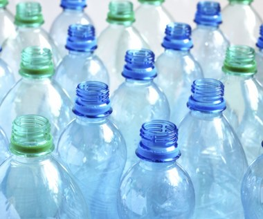 Co oznaczają symbole na dnie butelek z wodą?