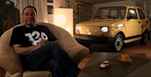Co powiecie o zaparkowanym między fotelem, sofą a telewizorem Fiatem 126p?
