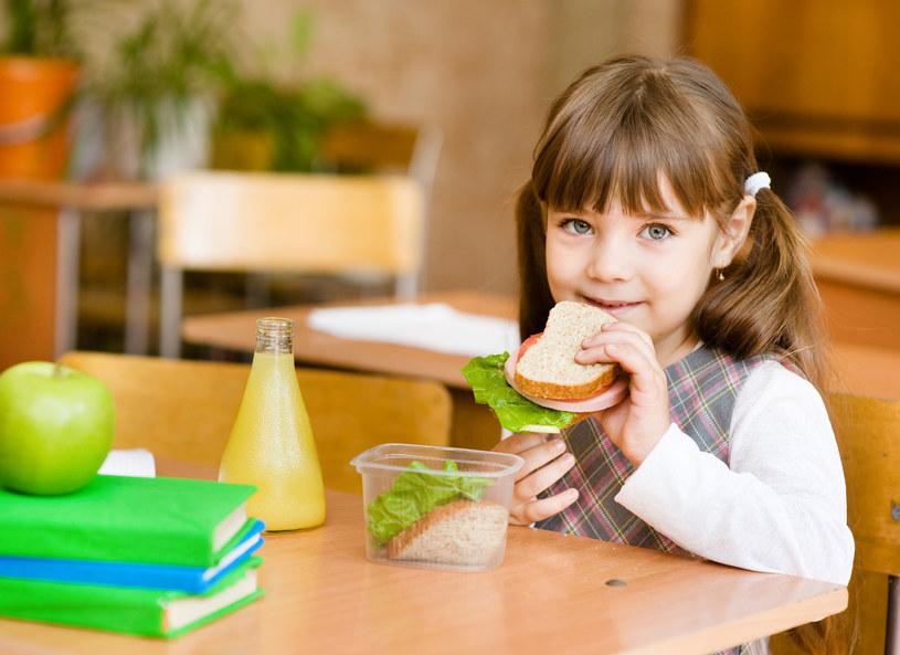 Co powinny jeść i pić dzieci w szkole? /123RF/PICSEL