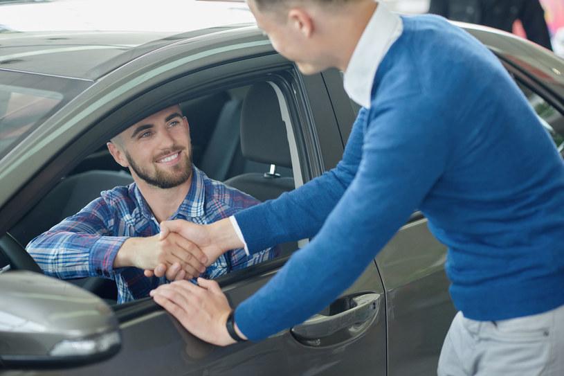 Co przemawia za zakupem auta online? /123RF/PICSEL