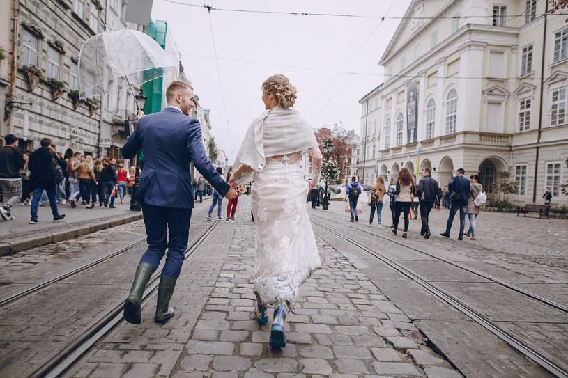 Co robić, gdy pogoda psuje nam ślubne plany? /123RF/PICSEL