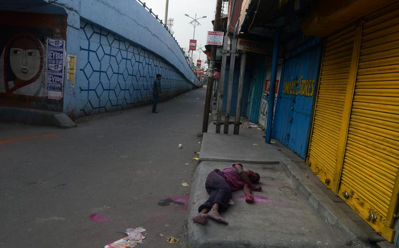 Co roku w Indiach dochodzi do setek śmiertelnych zatruć tanim alkoholem /DIPTENDU DUTTA /AFP