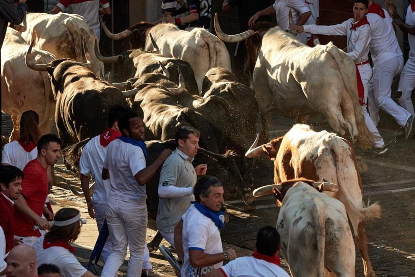 Co roku w lipcu w Pampelunie odbywa się osiem gonitw byków /EPA/J. P. /PAP/EPA