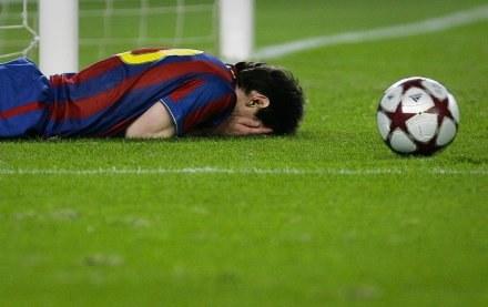 Co się dzieje z Barcą - zastanawia się Leo Messi. /AFP