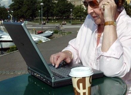 Co ta pani zrobi, gdy kawa zaleje laptopa? /AFP