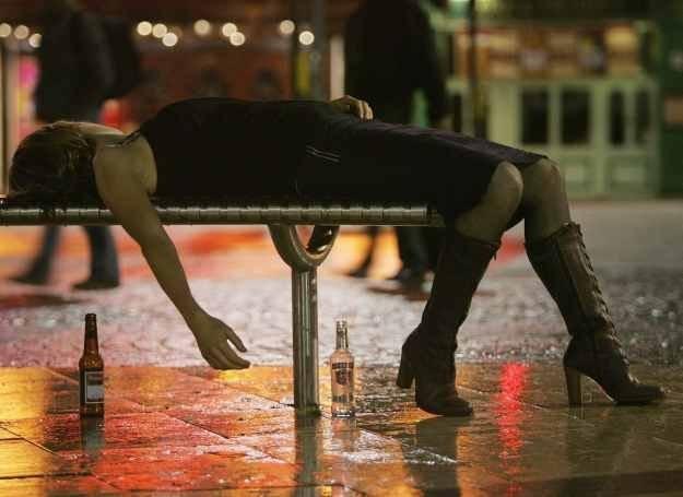 Co takiego spowodowało zwiększenie się liczby kobiet uzależnionych od alkoholu? /Getty Images/Flash Press Media