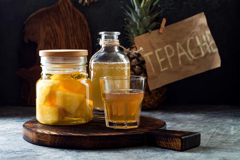 Co to jest tepache? To fermentowany napój alkoholowo-orzeźwiający z ananasów, popularny w Meksyku. W smaku przypomina cydr /123RF/PICSEL