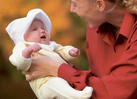 Co trzeba zrobić, gdy poza domem dziecko nagle się obudzi i zacznie domagać się jedzenia? /INTERIA.PL