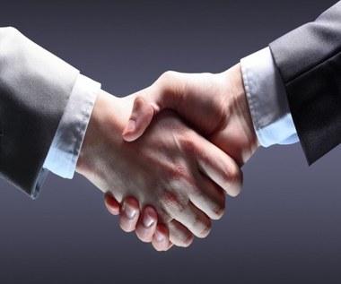 Co uścisk dłoni mówi o człowieku