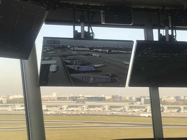 Co widzą na swoich ekranach kontrolerzy ruchu lotniczego w wieży kontroli lotniska? Między innymi samoloty, które za kilka chwil będą wzbijać się w powietrze. /Fot. Michał Dobrołowicz /RMF FM
