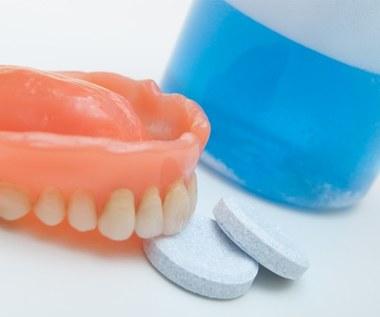 Co wyczyścisz tabletkami do mycia protez zębowych?