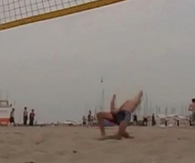 Co za pech! Został znokautowany na plaży. Wideo
