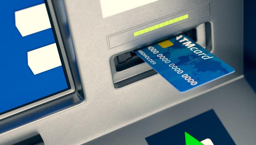 Co zrobić, gdy bankomat zatrzyma kartę? /123RF/PICSEL