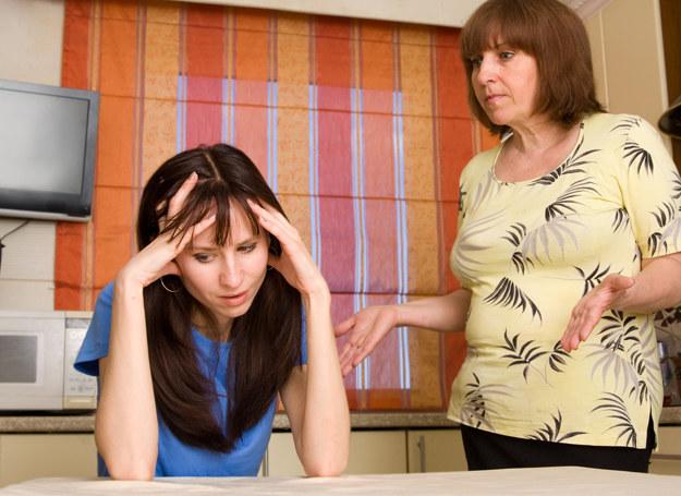 Co zrobić gdy matka wciąż wtrąca się w nasze życie? /123RF/PICSEL