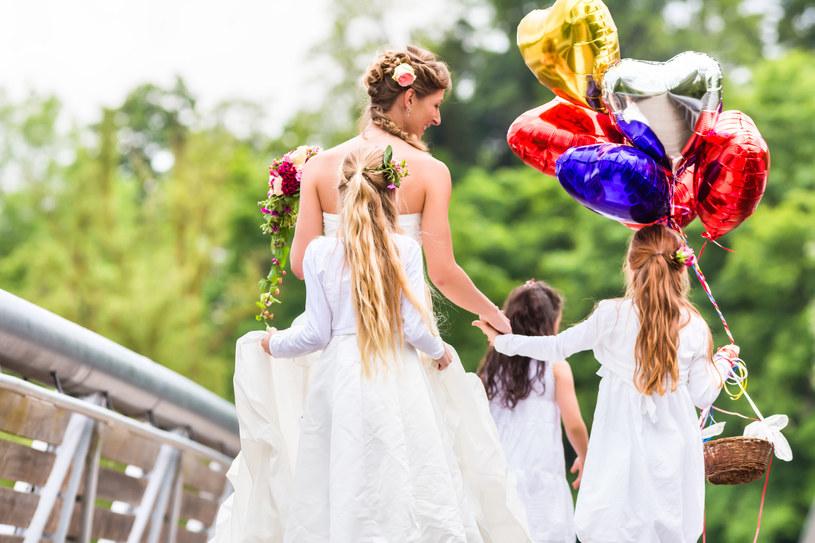 Co zrobić, gdy para młoda ma już swoje dzieci? Zaangażować je w przygotowanie uroczystości! /123RF/PICSEL