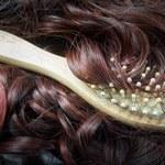 Co zrobić, żeby włosy nie pozostawały na szczotce?