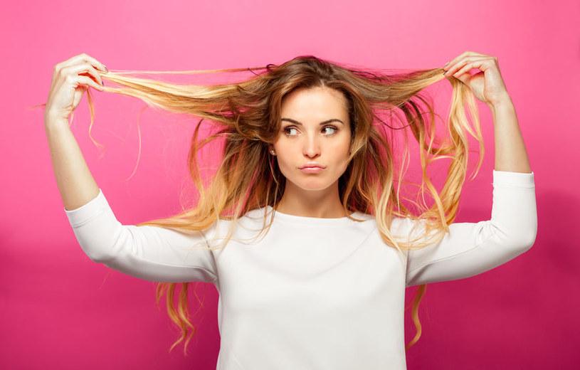 Co zrobić, żeby włosy się nie przetłuszczały? /123RF/PICSEL