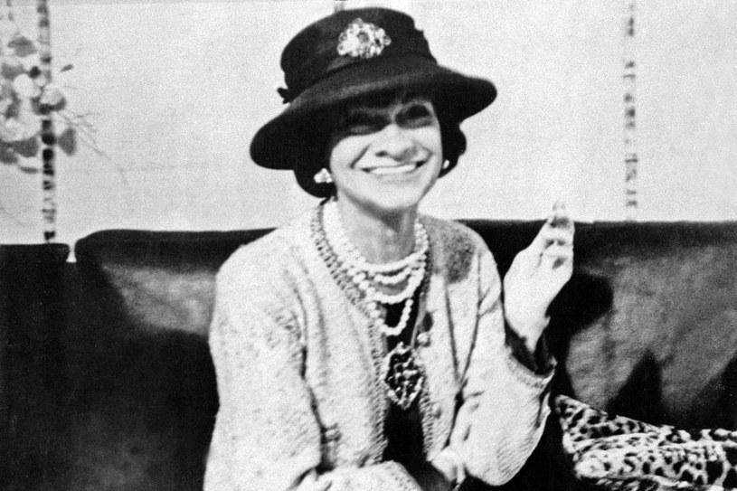Coco Chanel ubrała kobiety w małą czarną i w zapach najbardziej rozpoznawalnych na świcie perfum Chanel No5 /East News