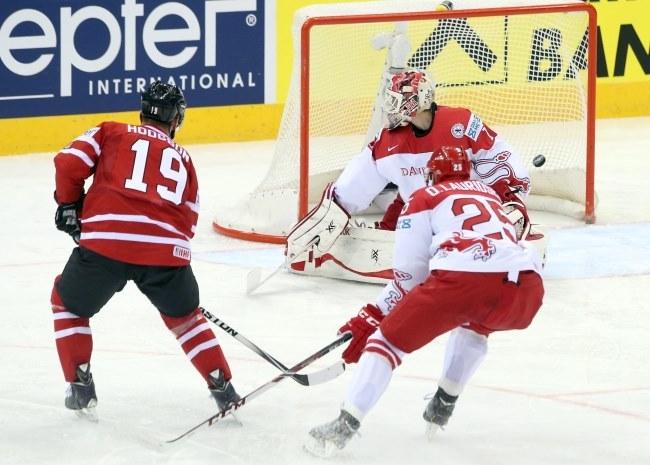 Cody Hodgson strzela gola dla Kanady w meczu z Danią /PAP/EPA