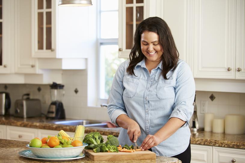 Codzienne oglądanie telewizji dłużej niż 2 godziny zwiększa ryzyko nadwagi i otyłości /123RF/PICSEL