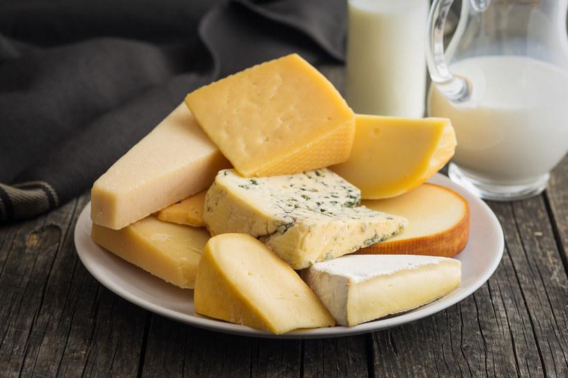 Codzienne spożywanie rozsądnej dawki sera i czerwonego wina może nam zapewnić zdrowszą starość /123RF/PICSEL